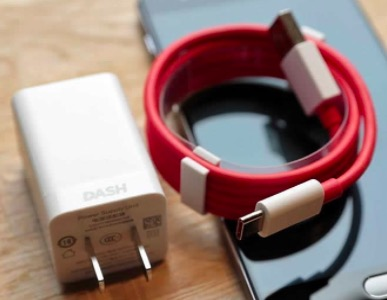 4-oneplus-cable-and-dash-charger