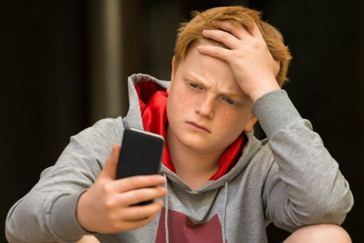 Study Finds Sporty and Outgoing Teens are Happier Than Their Phone-Addicted Friends