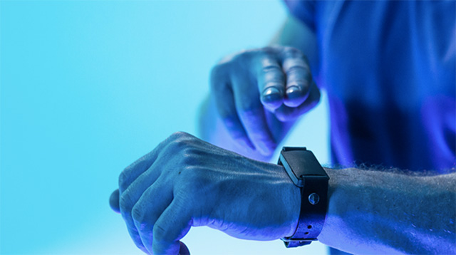 The Aura Fitness Band Rewards You For Staying Fit