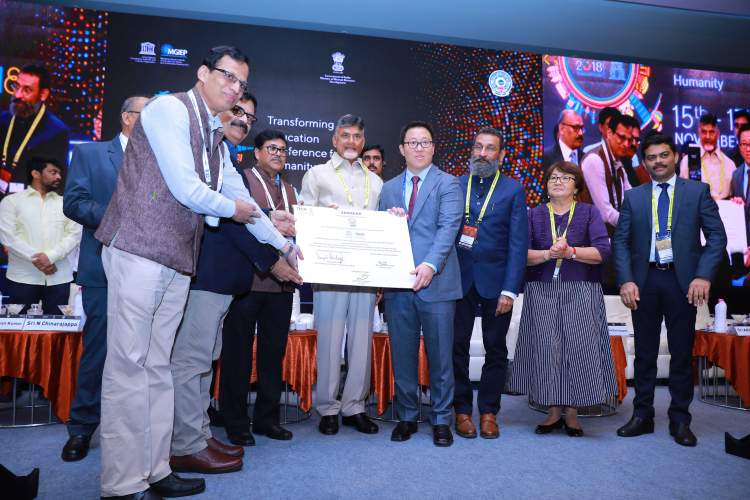 Chief Minister of Andhra Pradesh Mr. N. Chandrababu Naidu at the announcement of the partnership between Samsung, UNESCO MGIEP and Navodaya Schools along with Mr. Peter Rhee, Corporate Vice President, Samsung India and Dr. Anantha K Duraiappah, Director, UNESCO MGIEP
