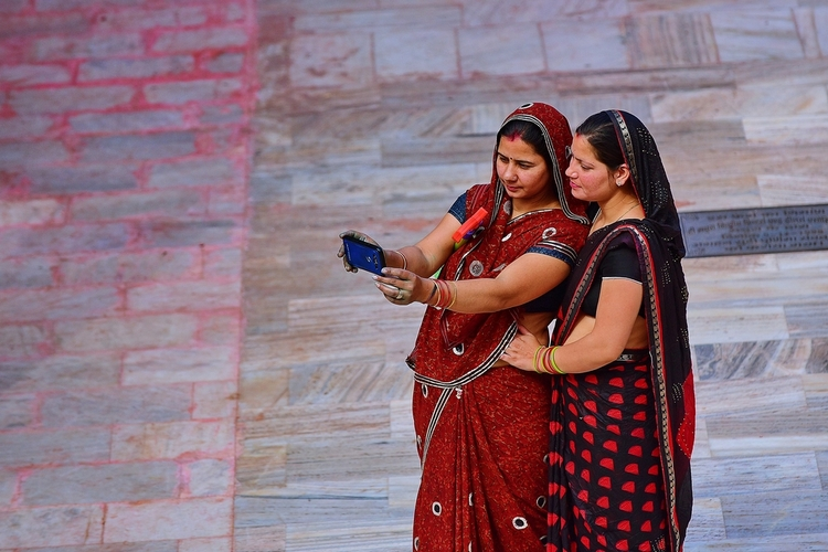 Over 50 crore Indians now use smartphones, 77% on Internet