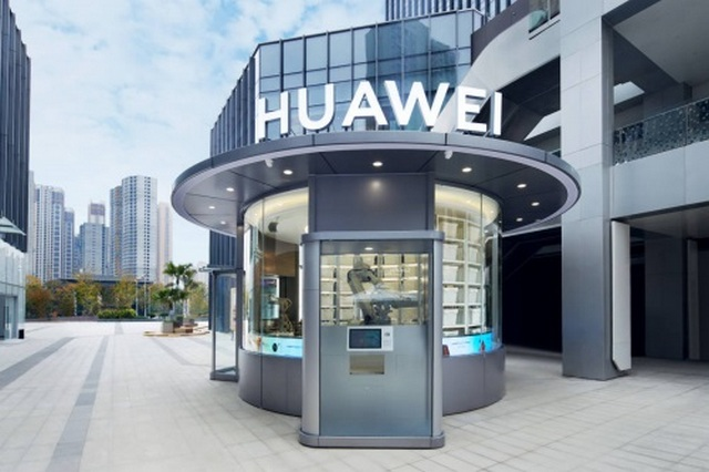 Huawei Opens Unmanned Retail Store With Robot Sales Staff