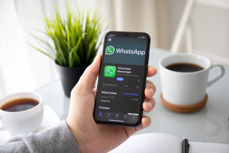 WhatsApp-iPhone-11-dark-shutterstock-website
