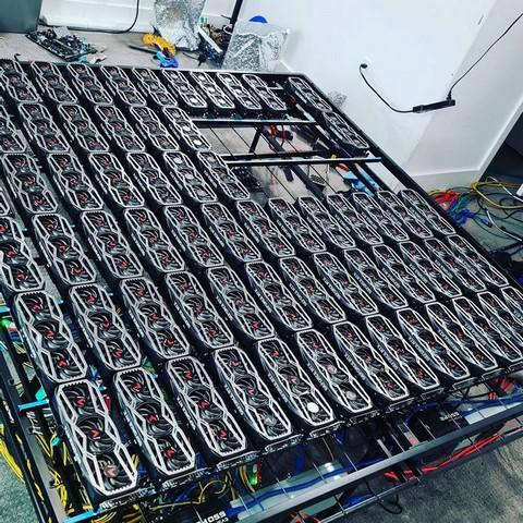 kripto madenciliği yapmak için 78 rtx 3080 gpu kullanan adam