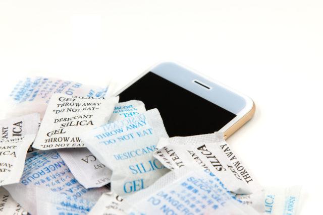 Verwenden Sie Silica-Gel, um ein wassergeschädigtes iPhone zu reparieren